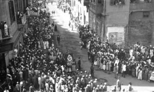 1919 год, демонстранты несут флаг со звездами Давида, крестом и полумесяцем