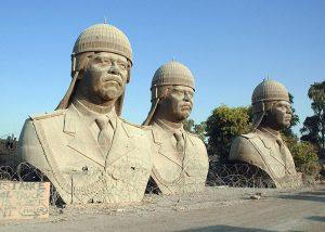 Бронзовые бюсты Саддама Хусйена. Фото: DoD photo by Jim Gordon, CIV